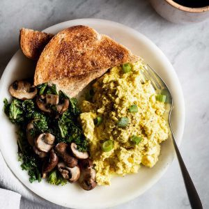 tofu scramble with vegetables and toast